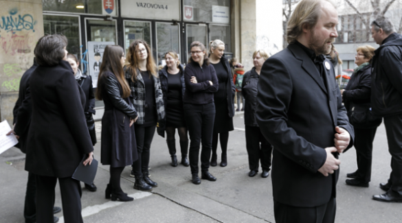 Feketébe öltöztek a tanárok a pedagógusnapon