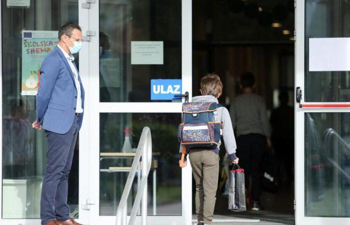 Csak a gyerekek 2%-a tért vissza, ezért szinte kötelezővé tették az iskolába járást