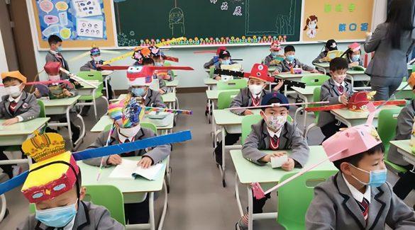 Így tartatják be a kétméteres távolságot a kínai kisiskolásokkal