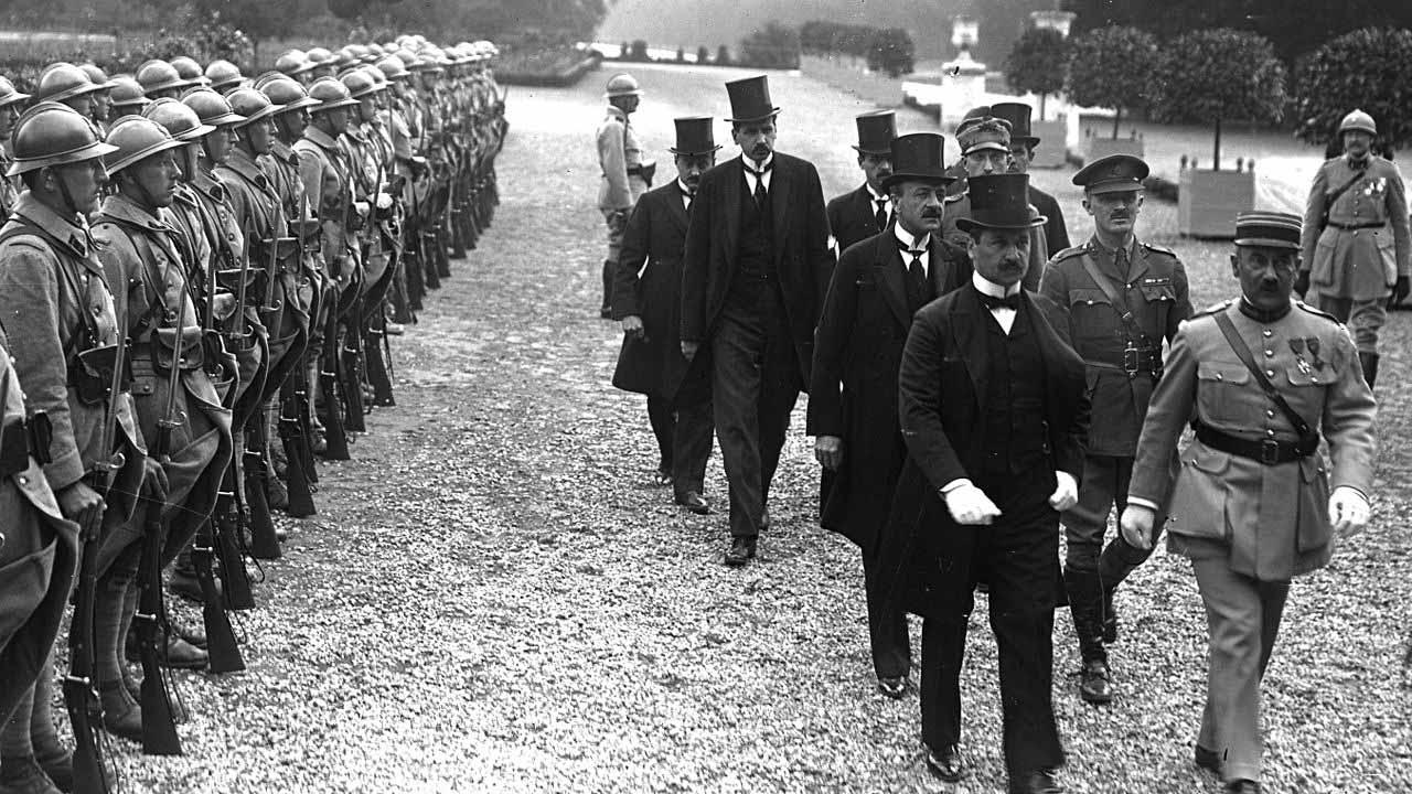 Benárd Ágost és Drasche-Lázár Alfréd megérkezik a békeszerződés ünnepélyes aláírására