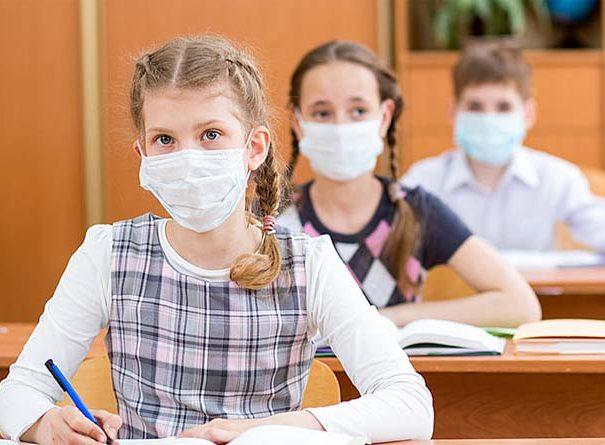 Hétfőtől elég az egyszerű maszk az iskolában