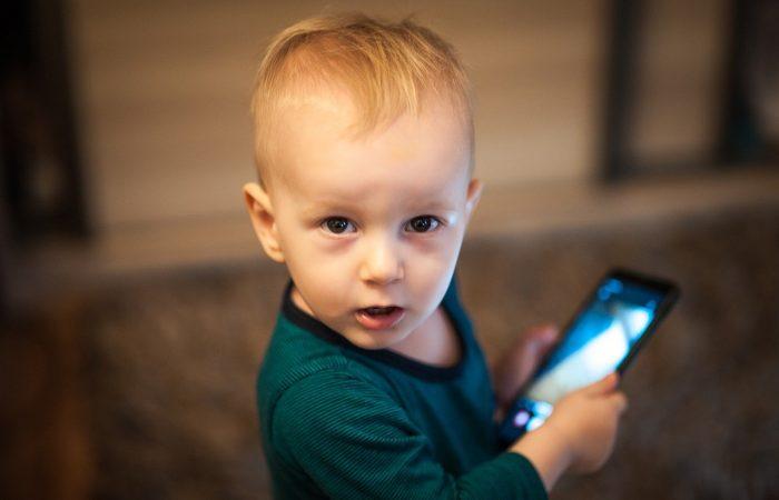 Komoly pénzbüntetés a szülőnek, ha mobilt ad a gyerek kezébe