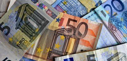 100 eurót kap a szülő októberben gyerekenként